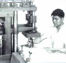 Процесс изготовления&amp;<a name=13;&amp;></a>10;начинается с прямоугольного листа  целлулоида, толщиной около 1мм.